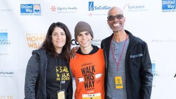Cameron Boyce junto a su padres