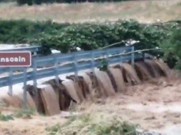 Así es el momento en que se cae un puente por las inundaciones en Sansoain