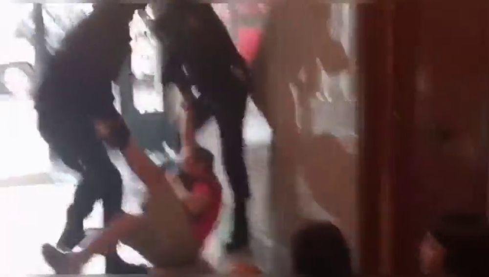 Momentos de tensión con antidisturbios en un desahucio en Carabanchel