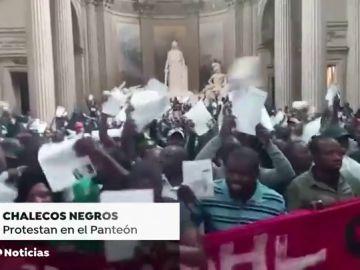 Alrededor de 600 'chalecos negros' ocupan el Panteón de París para exigir la regulación de los 'sin papeles'