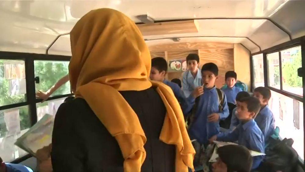 Una biblioteca móvil que reparte esperanza y sueños a los niños Afganos