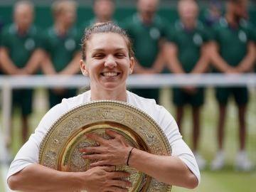 Simona Halep con su trofeo tras la victoria en la final frente a Serena Williams