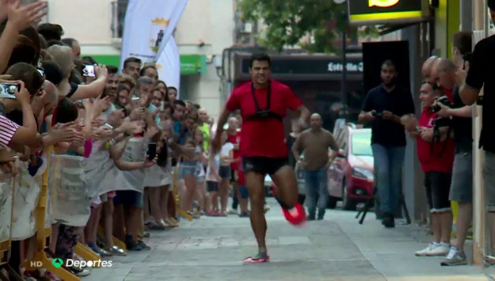 El ingenioso récord Guinness de Christian López: correr de espaldas con aletas de buceo