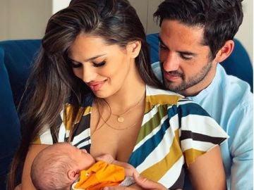 Isco Alarcón y Sara Sálamo con su hijo recién nacido