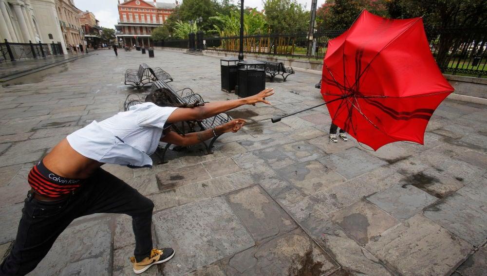 Un joven pierde su paraguas por el viento