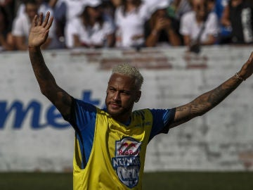 Neymar, con un look plateado