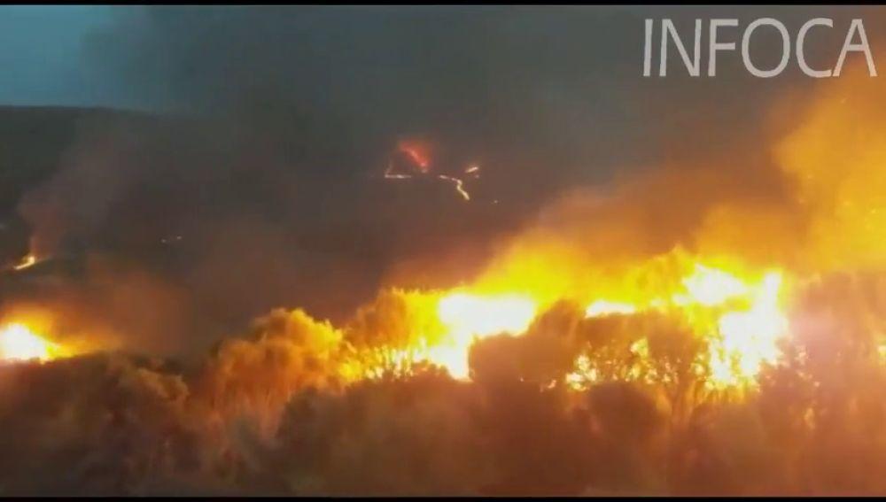 Alrededor de 126 bomberos y 22 medios aéreos trabajan para extinguir un incendio en Almería