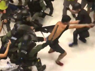 Las manifestaciones en Hong Kong dejan dramáticas escenas de violencia policial