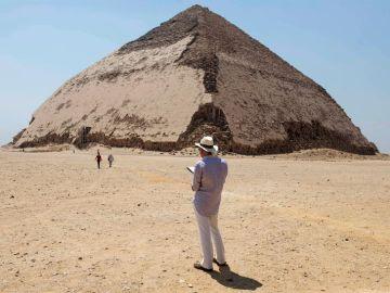 Un turista frente a las pirámides de Guiza