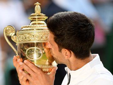 Djokovic besa el trofeo de Wimbledon