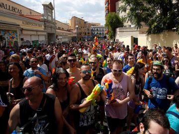 Numerosas personas asisten a la celebración de la tradicional 'Batalla naval de Vallecas '