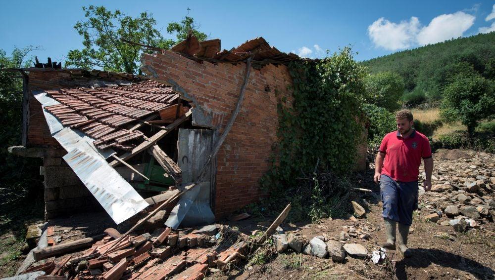 Un vecino observa los daños en una vivienda de Monterrei tras las fuertes lluvias