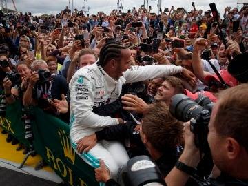 Hamiltone recibe el cariño de su equipo tras la victoria