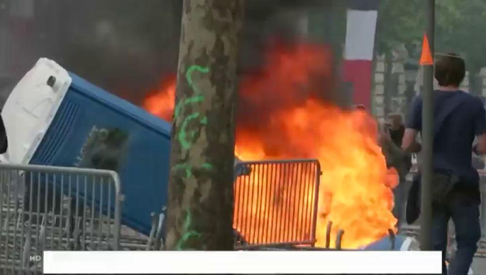 Puñetazos y quema de contenedores en la protesta de los 'chalecos amarillos' con motivo de la fiesta nacional en Francia