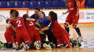 La jugadoras de la selección española femenina de hockey patines tras ser campeonas del mundo