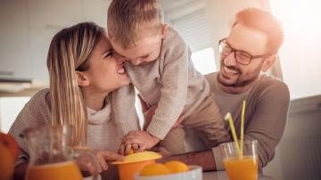 Familia tomando zumo de naranja