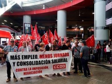 Los trabajadores y trabajadoras de Renfe durante la manifestación