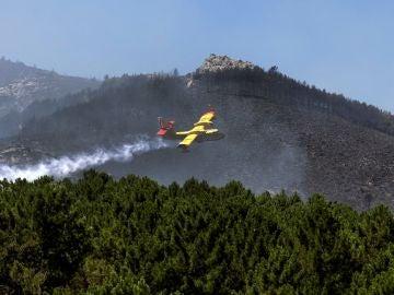 Un hidroavión trabaja en la extinción del incendio declarado en Sotillo de la Adrada (Ávila)