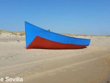 La patera encallada en la playa de Matalascañas