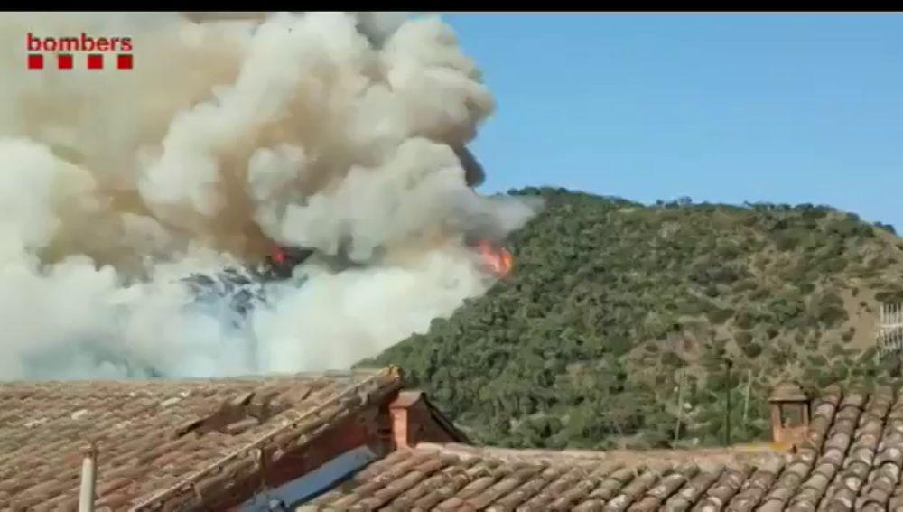 Un incendio forestal en Capellades obliga a cortar la C-15 y la línea R6 de los Ferrocarriles de la Generalitat