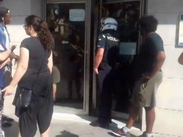 Los vecinos que han paralizado un desahucio en Premiá de Mar protestan frente al Ayuntamiento