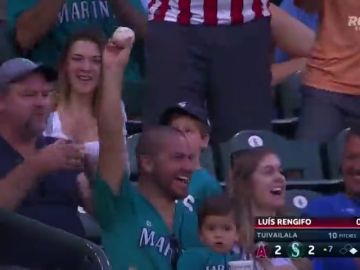 Un héroe inesperado: Atrapa una pelota con una mano mientras sostiene a su hijo