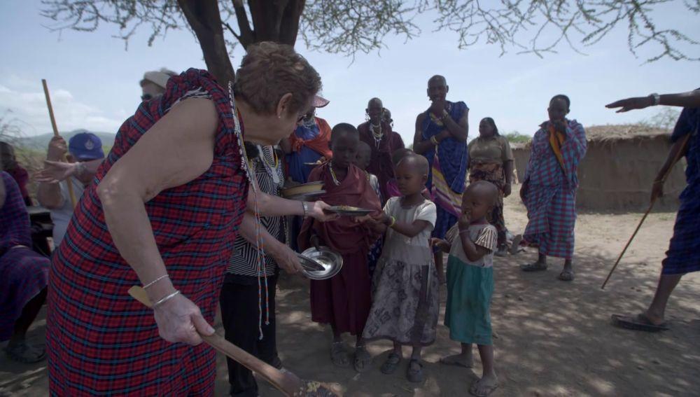 El sueño cumplido de María Luisa: cocinar una paella para una tribu de África