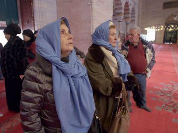 Los viajeros, impactados por los rituales musulmanes al entrar en una mezquita de Estambul