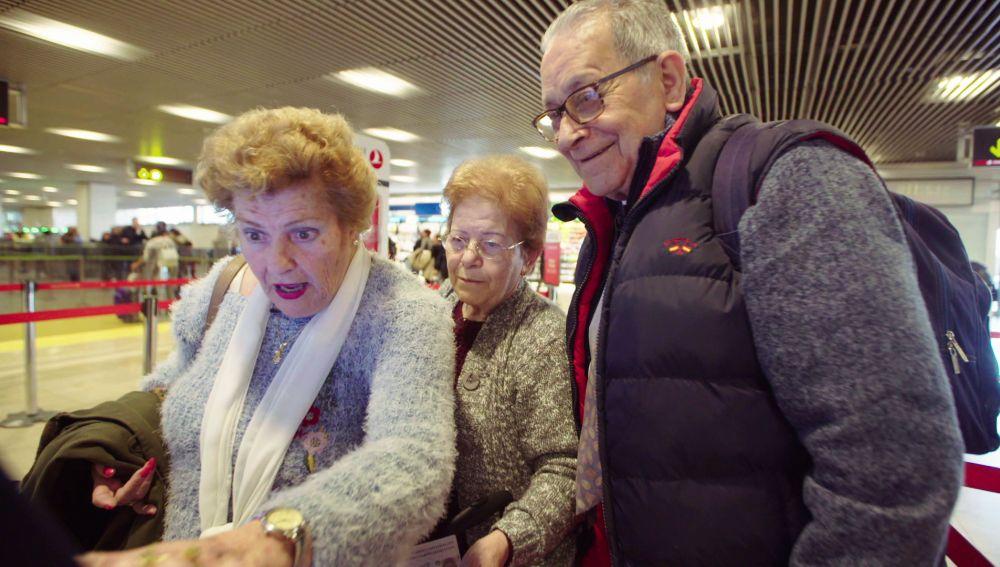 La primera gran dificultad de los viajeros de 'Por el mundo a los 80': ¡Hacer el check-in!