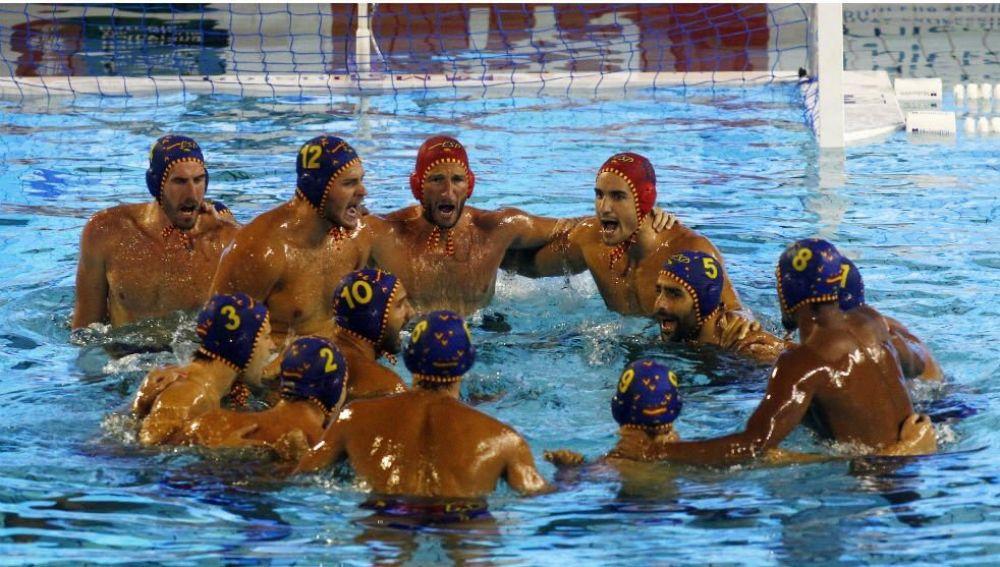 La selección española masculina de waterpolo celebra la victoria