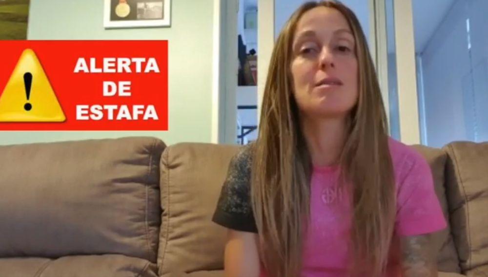Azara García muestra el DNI del estafador del Aeropuerto de Barajas