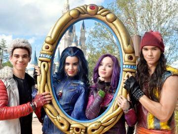 Cameron Voyce, Sofia Carson, Dove Cameron y Booboo Stewart en 'Los Descendientes'