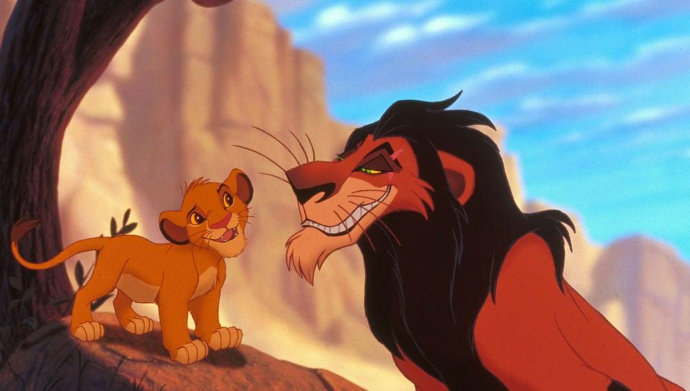 Scar junto a Simba en 'El Rey León'