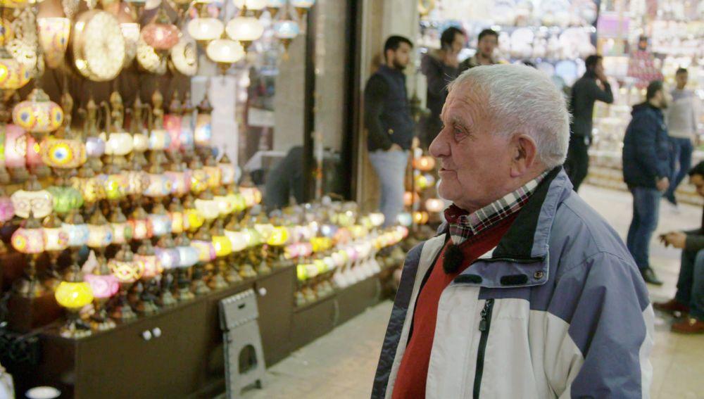 Juan se escapa dentro del Gran Bazar de Estambul para comprar un curioso recuerdo