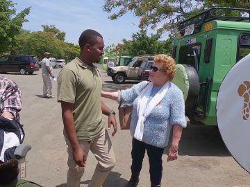 """María, encantada con """"el morenito"""" que les da la bienvenida a Tanzania: """"Me lo llevaba para mi nieta"""""""