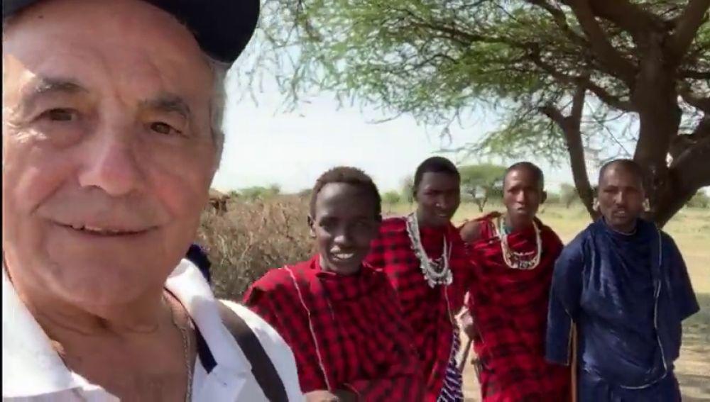 Antonio presenta a sus nuevos amigos de Tanzania