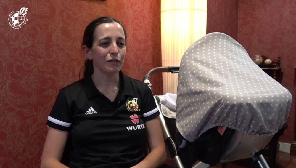 El ejemplo de Judit Romano, la primera árbitra que concilia su labor con su bebé