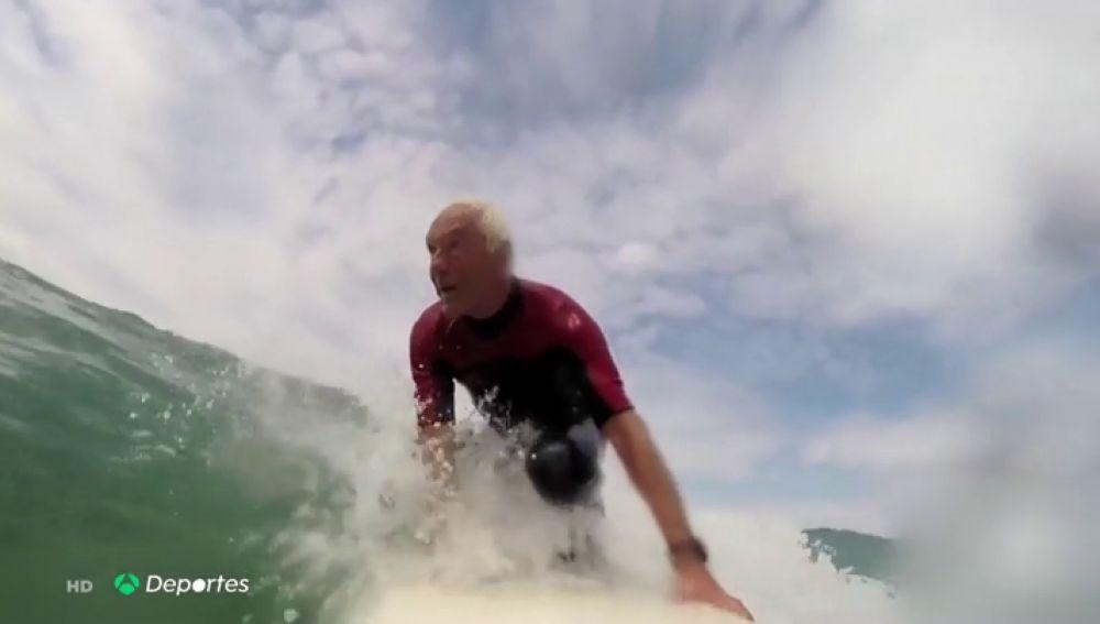 """La historia de 'Meco', el surfista más veterano de España con 78 años: """"Te olvidas de todos los problemas"""""""