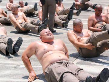 La Policía indonesia se enfrenta al crimen, pero también al sobrepeso de sus agentes