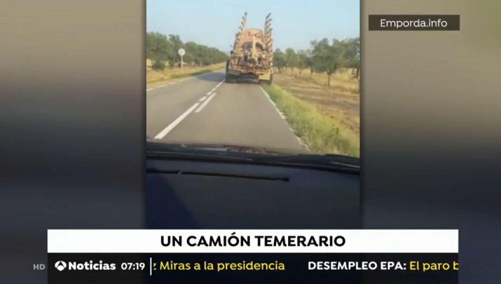 Un camión realizando peligrosas maniobras
