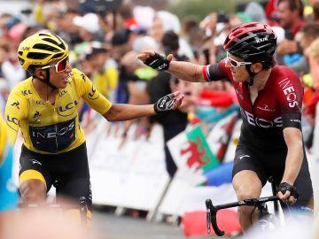 Egan Bernal y Geraint Thomas entrando juntos en línea de meta en la penúltima etapa