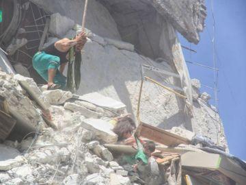 Una niña tratando de salvar a su hermana en Siria