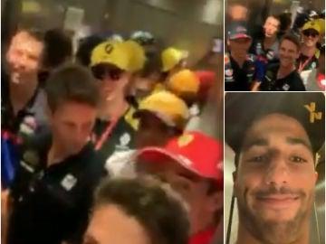 Varios pilotos de Fórmula 1, encerrados en un ascensor