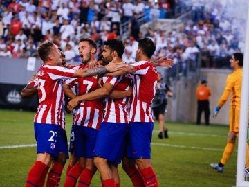 Los jugadores del Atlético celebran un gol de Diego Costa ante el Real Madrid