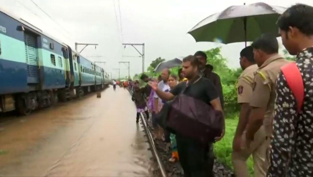 Rescatan a cientos de personas atrapadas en un tren por las fuertes lluvias en la India