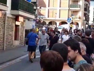 Increpan a un equipo de Antena 3 Noticias durante el recibimiento a uno de los secuestradores de Ortega Lara
