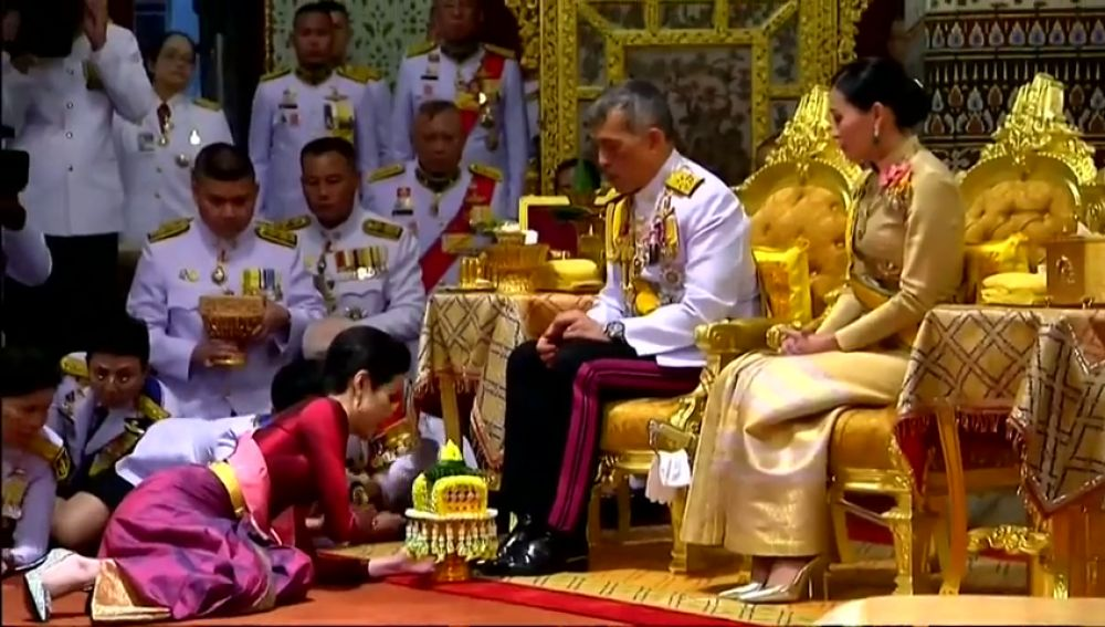El Rey de Tailandia elige 'concubina de honor' en la ceremonia de su 67 cumpleaños