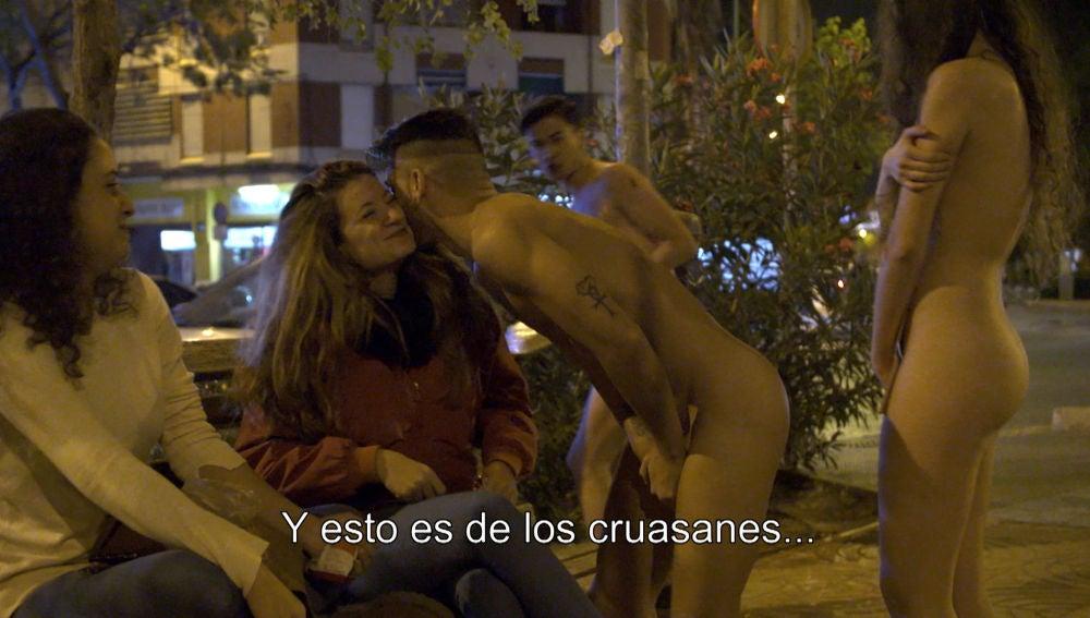 Raquel, Juanjo y Sergio se enfrentan a su primer paseo desnudos por la calle