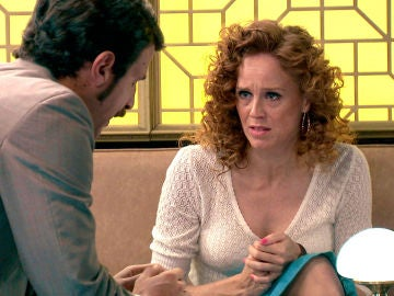 Carlos trata de convencer a Ana para que no declare ante el juez