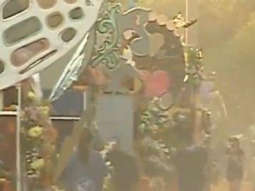 Valencia se inunda de clavellones en su tradicional batalla de flores